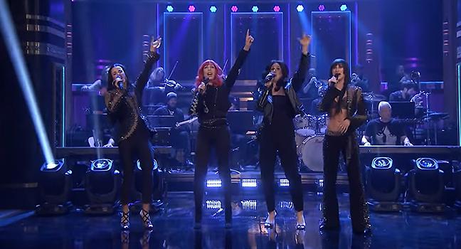 Live Performance | Η Cher ερμηνεύει ζωντανά το «If I Could Turn Back Time» συνοδευόμενη από τρεις σωσίες της!