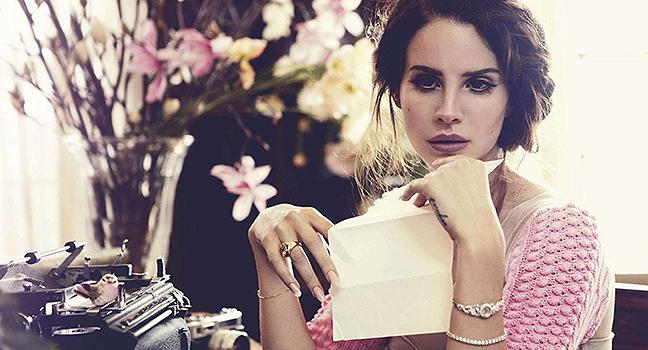 "News | Η Lana Del Rey ανακοινώνει το αφηγηματικό Album της ""Violet Bent Backwards Over The Grass"""